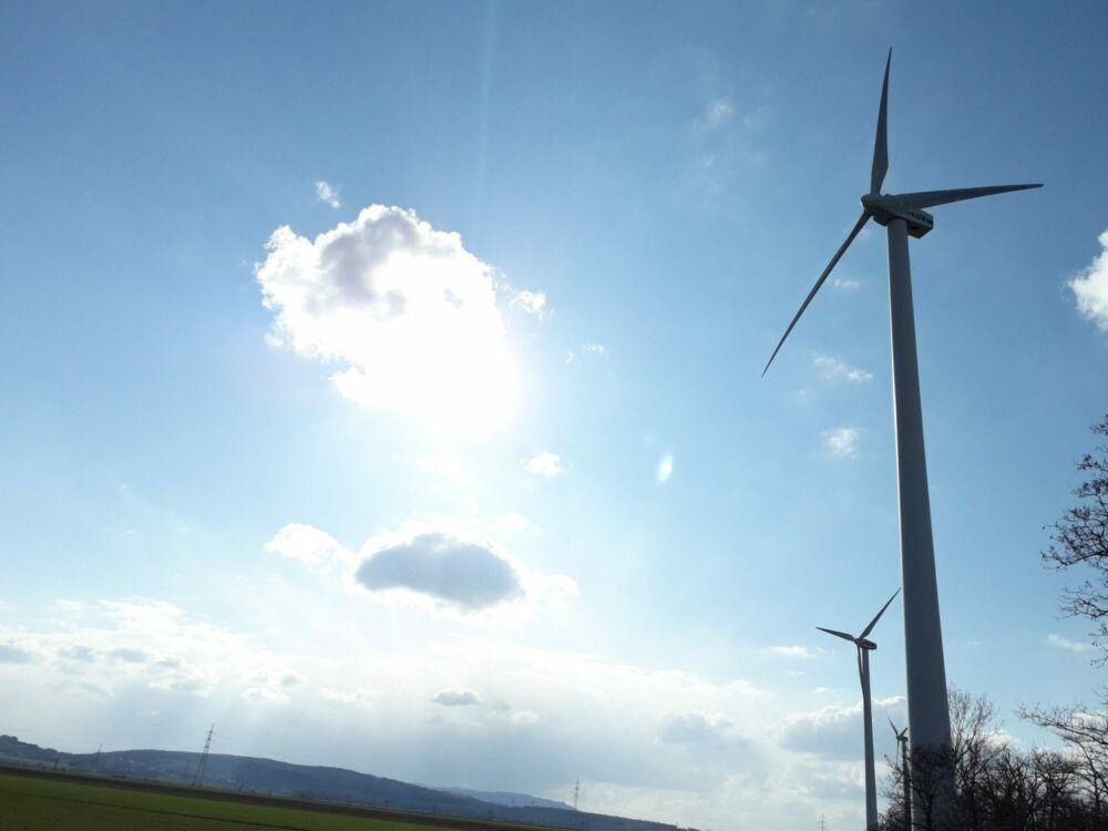 Windräder Sonne Wolken Landschaft