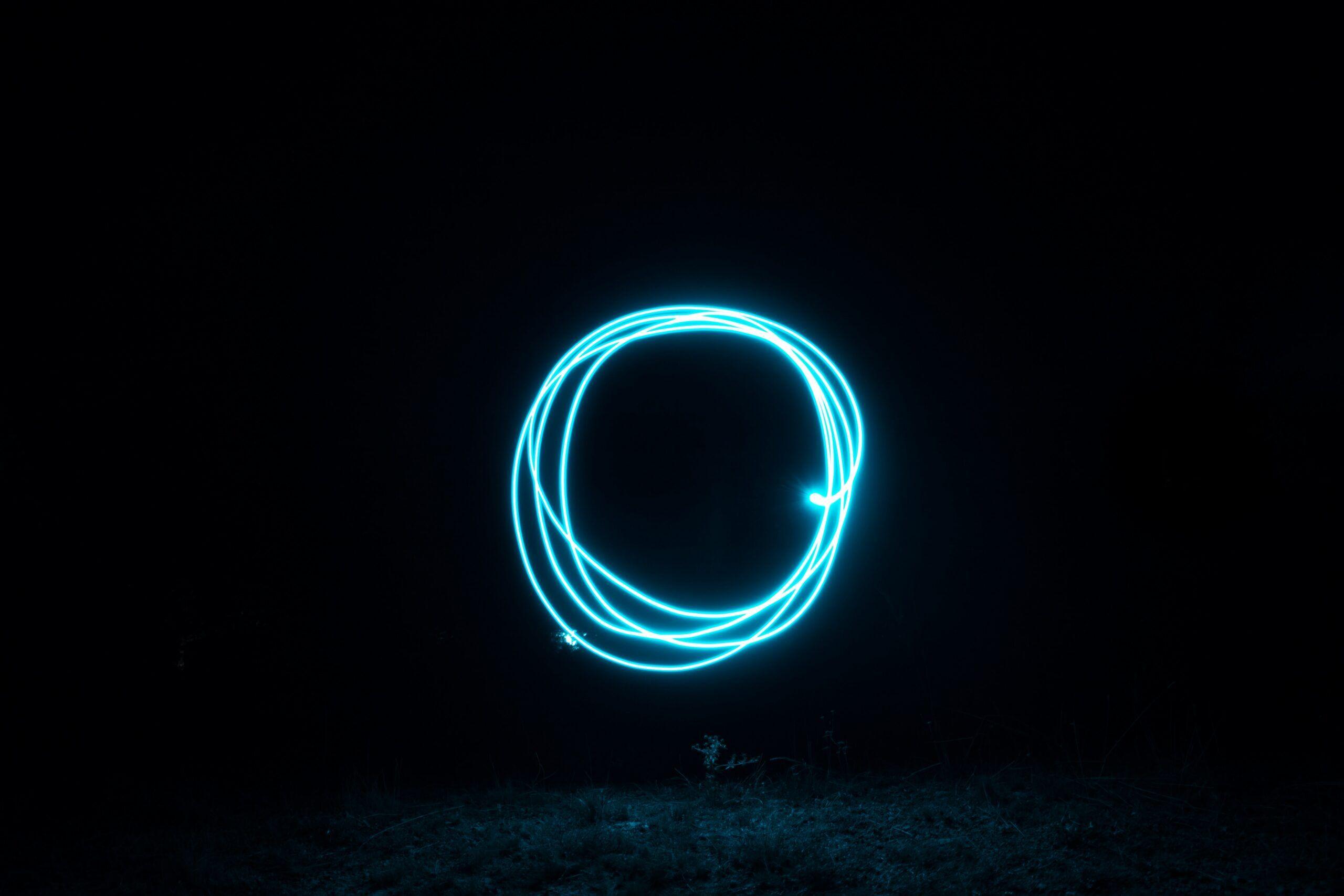 Blaue Lichtkreise in der Nacht